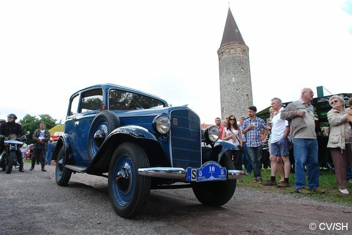 Bild: Start zur Ausfahrt vom Zörbiger Schloßparkplatz. Etappenziel war das  Fahrzeug und Technik Museum in Merseburg.