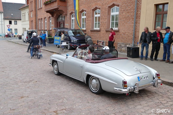 Bild: Die Sonntags-Ausfahrt in das Zörbiger Umland startete vor dem Rathaus am Markt.