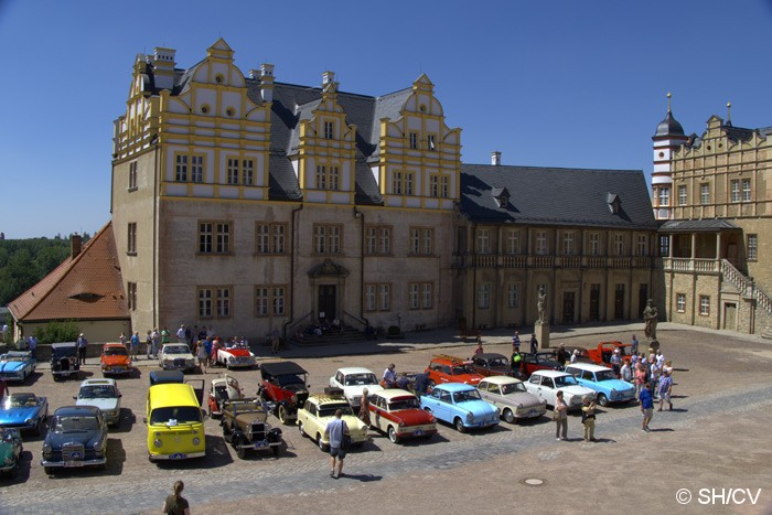 Bild: Eintreffen der Fahrzeuge auf dem Innenhof des Bernburger Schloßes.
