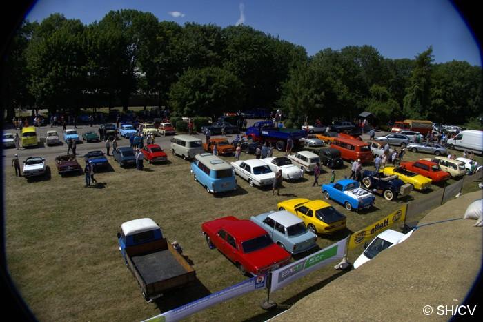 Bild: Eintreffen der Teilnehmer und Ausstellungsfahrzeuge auf dem Zörbiger Schloßparkplatz am Samstag-Vormittag.