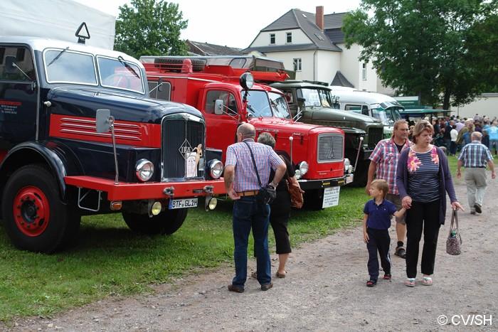 Bild: Eintreffen & Ausstellung der Oldtimer auf dem Zörbiger Schloßparkplatz.