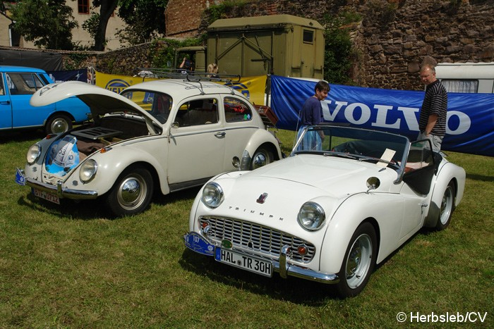 Bild: Eintreffen der Teilnehmer mit großer Fahrzeugschau für Besucher auf dem Schloßparkplatz am Samstag-Vormittag.