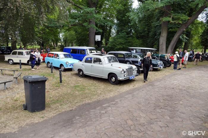 Bild: Am Zielpunkt Mößlitz trafen sich die Teilnehmer und konnten im schattigen Plätzchen ihre Fahrzeuge parken und sich beim Mittagessen bis zur Siegerehrung stärken.