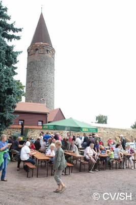 Bild: Mittagessen auf dem Zörbiger Schloßparkplatz.